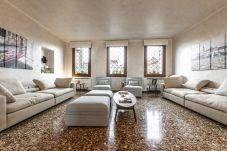 Spazioso e luminoso soggiorno con grandi divani